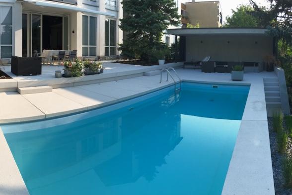 Terrasse und Poolbereich mit Grossformatplatten